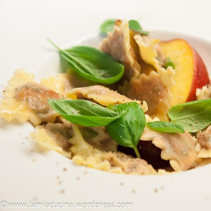 Tomatenravioli mit Pfirsich und Basilikum