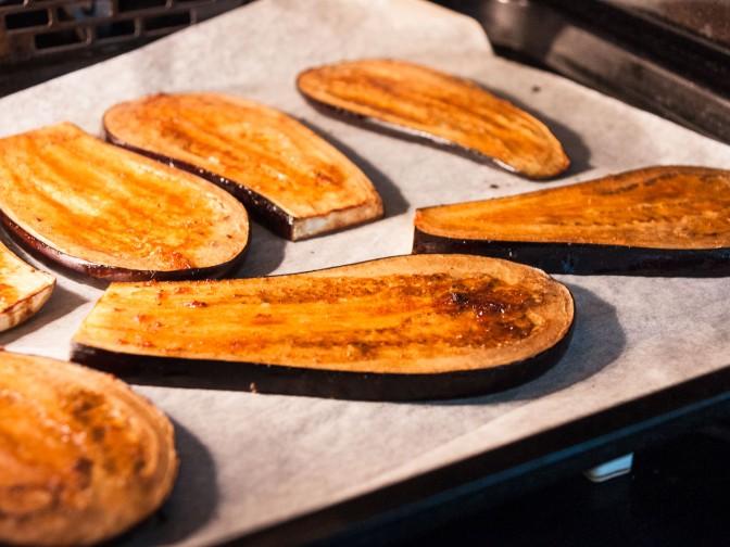 Karamellisierte Auberginen Neni, Hummus, Espelette-Gelée, Ei