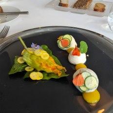 Jakobsmuscheln in Zucchiniblüte, Caipirinhaschaum, Mangosauce