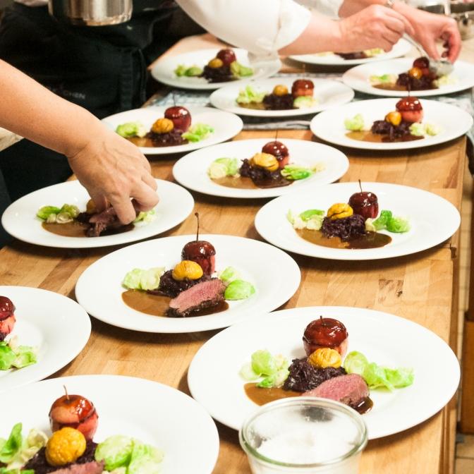 2016-09 Duo vom Gemsrücken und Gemsschlegel an Feigensauce, Rotkraut mit glasierten Marroni und Rosenkohlblätter, Holzäpfel und marinierte Trauben