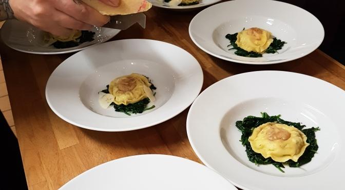 Raviolo mit Ziegenricotta und Junghennenei, Spinat