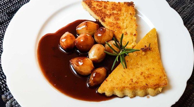 Maisschnitten mit Portweinzwiebelchen