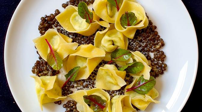 Ziegenricotta-Tortellini auf Kardamom-Linsen