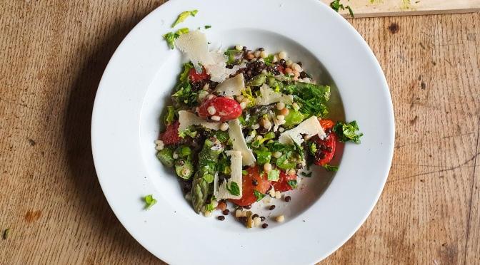 Fregola Sarda-Linsen-Salat mit Parmesan-Vinaigrette
